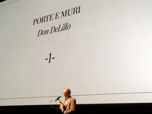Don DeLillo tiene il suo intervento su Michelangelo Antonioni all'auditorium di Roma, il 22 ottobre 2016. La fotografia è stata raccolta su Web ed è opera di uno scrittore che non sono io